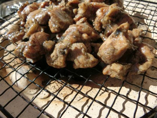 七輪で鶏の炭火焼